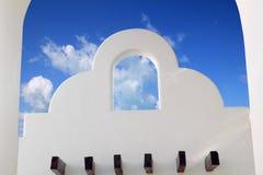 De Mexicaanse blauwe hemel van architectuur witte archs Stock Afbeeldingen