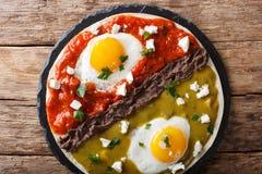 De Mexicaanse gebraden eieren van huevosdivorciados met salsa verde en roja, stock afbeeldingen