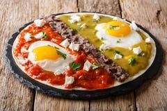 De Mexicaanse gebraden eieren van huevosdivorciados met salsa verde en roja, royalty-vrije stock foto's