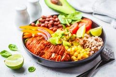 De Mexicaanse kom van kippenburrito met rijst, bonen, tomaat, avocado, graan en spinazie Het Mexicaanse concept van het keukenvoe royalty-vrije stock foto's