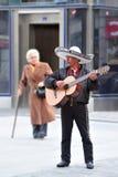 De Mexicaanse muziek van mariachispelen op een gitaar in Madrid Spanje royalty-vrije stock afbeelding