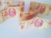 de Mexicaanse neiging van 100 peso'sbankbiljetten en in wanorde Stock Foto's