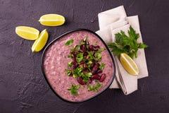 De Mexicaanse rode soep van de boonpuree met kalk, peterselie en Spaanse peperspeper Stock Fotografie