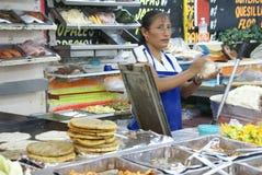 De Mexicaanse vrouw maakt quesadillas Royalty-vrije Stock Afbeelding