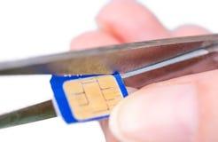 De micro- Simkaart wordt aangepast aan een nano SIM stock fotografie