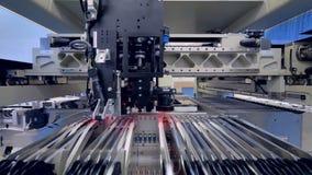 De micro- spaander wordt automatisch toegepast Gedrukte digitale elektronische raadsproductielijn stock video