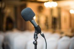 De microfoon in de zaal Royalty-vrije Stock Afbeeldingen