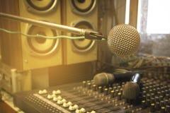 De microfoon in het controlekamer audiosysteem van organisaties en bedrijven stock afbeelding