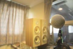 De microfoon in het controlekamer audiosysteem van organisaties en bedrijven stock afbeeldingen
