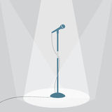 De microfoon op het stadium onder de schijnwerpers Stock Afbeelding
