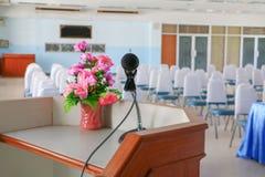 De microfoon op tribune Dichte omhooggaand in conferentieruimte met exemplaarruimte voegt tekst toe Stock Afbeelding