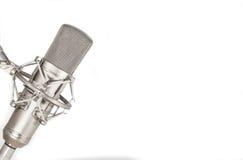De microfoon van de condensatorstudio op witte achtergrond Royalty-vrije Stock Afbeelding