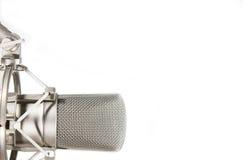 De microfoon van de condensatorstudio op witte achtergrond Royalty-vrije Stock Foto's