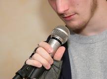 De Microfoon van de holding Royalty-vrije Stock Foto