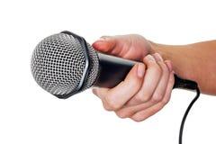 De microfoon van de vrouwenholding royalty-vrije stock fotografie