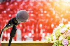 De microfoon wordt gevestigd op het podium stock fotografie