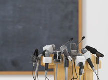 De microfoons van de conferentievergadering met tribune Stock Afbeelding