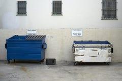 De microgolf kan ` t besluiten waar het zou moeten gaan afval of recycling? royalty-vrije stock foto