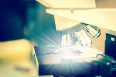 De microscoop is het glanzen speciaal ding in wetenschapslaboratorium stock fotografie