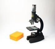 De microscoop op een witte achtergrond Stock Foto