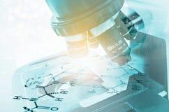 De microscoop van het laboratorium Wetenschappelijk en gezondheidszorgonderzoek Stock Foto's