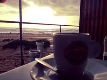 De middag van de zonsondergangkoffie royalty-vrije stock fotografie