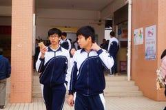 De middelbare school begon aan de wintervakantie, de studenten die uit het klaslokaal, de campus verlaten Stock Foto's