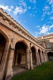 De middeleeuwse bouw die tegen blauwe hemel wordt afgeschilderd Stock Foto