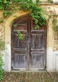 De middeleeuwse bouw met houten deur Stock Fotografie