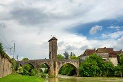 De middeleeuwse brug over rivier gaf DE Pau in Orthez - Frankrijk stock foto