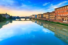 De middeleeuwse Brug van Carraia op Arno rivier, zonsonderganglandschap. Florenc royalty-vrije stock afbeelding