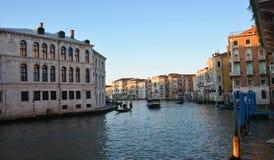 De middeleeuwse gebouwen worden overdacht het water van Grand Canal in Venetië, in het rialtodistrict stock foto's