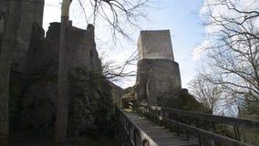 De middeleeuwse Gotische voorzijde van het torenkasteel met ophaalbrugbrug stock videobeelden