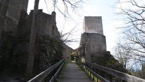 De middeleeuwse Gotische voorzijde van het torenkasteel met ophaalbrugbrug stock video