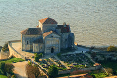 De middeleeuwse Kerk van Sainteradegonde, Talmont sur Gironde, Charente-Maritime, Frankrijk royalty-vrije stock afbeelding