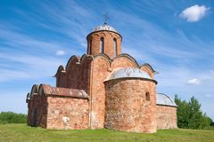 De Middeleeuwse Kerk van de Transfiguratie van Onze Verlosser op Kovalyovo Buurten van Veliky Novgorod, Rus Royalty-vrije Stock Foto