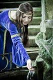 De middeleeuwse meisjes volgende oude lente stock afbeeldingen