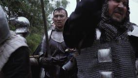 De middeleeuwse militair bevindt zich nog in het midden van de slag stock footage