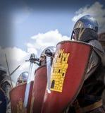 De middeleeuwse militairen raken hun schilden vóór de slag Royalty-vrije Stock Fotografie