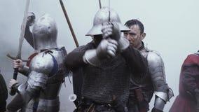 De middeleeuwse oorlog, militairen in chainmailpantser vecht met hun zwaarden stock videobeelden