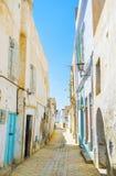 De middeleeuwse overgehelde muren in Medina van Kairouan, Tunesië royalty-vrije stock afbeelding