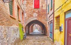 De middeleeuwse overspannen passage in oude Ferrara, Italië royalty-vrije stock fotografie