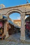 De middeleeuwse poort leidt tot de Aftimos-Bazaar Royalty-vrije Stock Foto