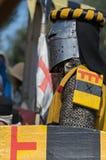 De middeleeuwse ridder in ijzerhelm treft te vechten voorbereidingen Royalty-vrije Stock Afbeeldingen