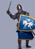De middeleeuwse ridder valt aan Stock Foto