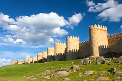 De middeleeuwse stadsmuur bouwde de Romaanse stijl, Avila, Spanje in Stock Foto