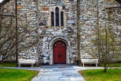 De middeleeuwse steenkerk met rode ingang Royalty-vrije Stock Foto's