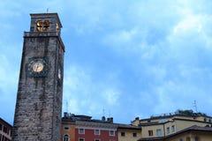 De middeleeuwse toren van Torre Apponale in Riva del Garda in de avond, Italië royalty-vrije stock afbeelding