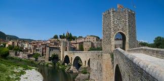 De middeleeuwse versterkte brug in Besalu Stock Foto's