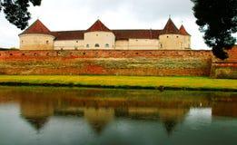 De middeleeuwse vesting van de Fagarasvesting in Brasov, Roemenië stock foto